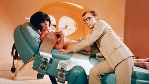Casino Royale (1967). Kuvassa Daliah Lavi ja Woody Allen.