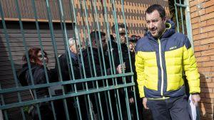 Inrikesministern och Legas partiledare besöker ett hus i Rom som konfiskerats av maffian.