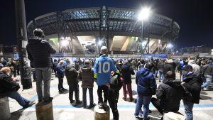 Maradona-fans utanför Stadio San Paolo.