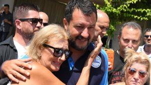 Italiens irnikesminister omges av kvinnliga anhängare i Taormina, Siclien
