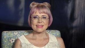 Esitystaiteilija Meiju Niskala kuvattuna Medipoliksen studiossa Anne Flinkkilän haastattelussa.