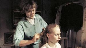 Iris Rukka (Kati Outinen) ja äiti (Elina Salo). YLE Kuvapalvelu/Kansallinen audiovisuaalinen arkisto