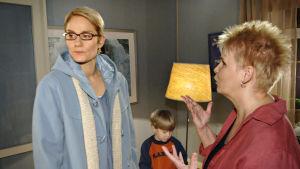 Tuija (Laura Malmivaara) saa läksytyksen Karinilta (Anitta Niemi) Kotikadun 11. tuotantokaudella,