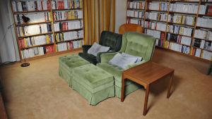 Kaikkein pyhin eli Ingmar Bergmanin tuoli videokatseluhuoneessa Fåröllä. Kuva dokumenttisarjasta Bergmanin videot.