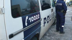 Polisbil och två poliser