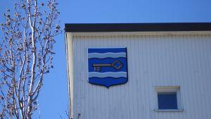 Sjundeå kommuns vapen på kommunhusväggen.