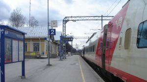 Ett IC-tåg på järnvägsstationen i Karis.