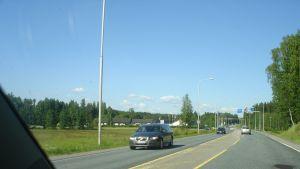 Trafik på riksväg 25 i Malmkullakorsningen i Karis.