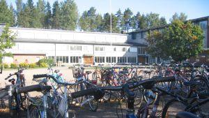 Cyklar på skolgård.