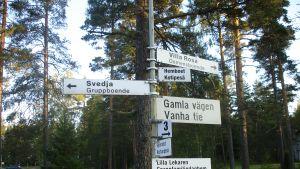 Informationsskyltar på Mjölbolstaområdet i Karis.