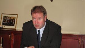 En bekymrad stadsdirektör Mikael Jakobsson presenterar budgetförslaget