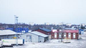 Stuveribolagets kontor och andra byggnader i Västra hamnen i Hangö vintertid.