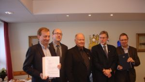 Hjallis Harkimo och Hangö stads ledning undertecknade avtal om hotell och bostäder.