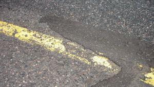 Sliten asfaltyta.
