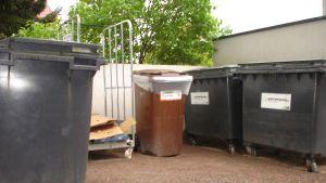 Kärl utomhus för olika slags avfall