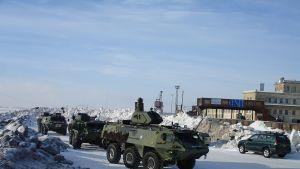 Pansarvagnar och NBG-trupper i Västra hamnen i Hangö vintertid.