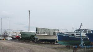 Osjösatta båtar i Ingå båthamn.