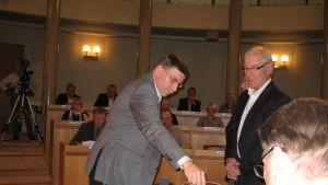 Leif Käldman röstar, av 35 röster fick Svenfors 25