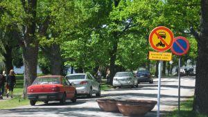 Trots det nya förbudet på Strandallén i Ekenäs kör och parkerar bilar där.