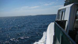 Turistbåt påväg till Russarö