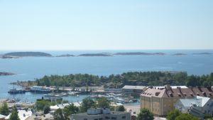 Vy över östra hamnen och Drottningberg i Hangö