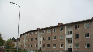 Masken: fönstren gapar tomma i många lägeneheter. Väntar rivning?