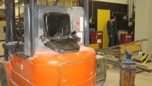 Ett fint betongdamm på alla maskiner i Axxells nya metallverkstad i Karis