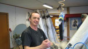 Greger Spik fäster rävskinn på tanor