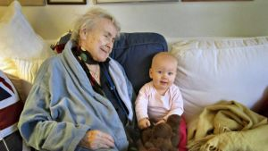 Birgitta Mariani-Cerati med barnbarnsbarnet Nela.