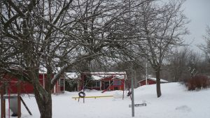 Kila daghemsgård i Karis under snötäcke.