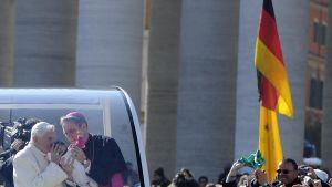 Påven i sin vita bil