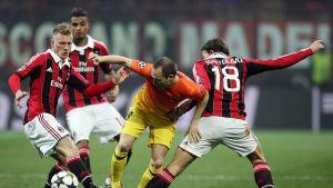 Andres Iniesta i kläm mot AC Milan.