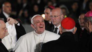 En glad påve vid Colosseum på långfredag