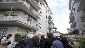 Journalister samlades utanför Priebkes hem i Rom