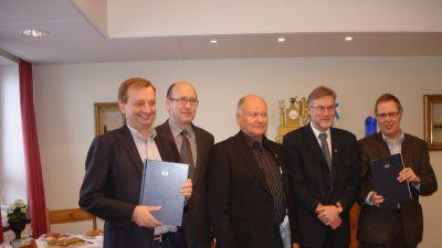 Hjallis Harkimo och Hangö stads ledning var mycket nöjda när de hade undertecknat avtalet om hotell och bostäder.