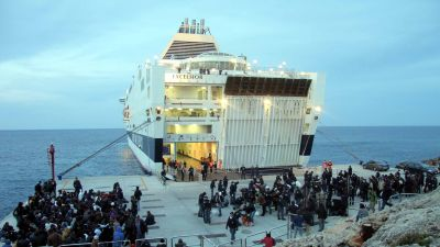 Immigranter evakueras från Lampedusa