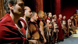 Italialaiset vangit harjoittelevat ja esittävät Julius Caesar -näytelmää Taviani-veljesten elokuvassa Caesarin on kuoltava.
