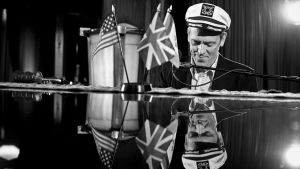 Näyttelijä-muusikko Hugh Laurie esiintymässä Queen Mary -laivalla