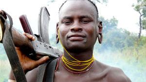 35 lehmää ja yksi Kalashnikov. Dokumenttielokuva, ohjaus Ossie von Richthofen. Kuvassa suri-heimon jäsen Etiopiassa.