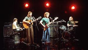 Kaseva soittaa Iltatähti-ohjelmassa vuonna 1974