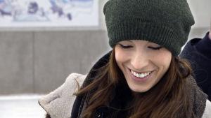 Espanjalainen sairaanhoitaja hymyilee