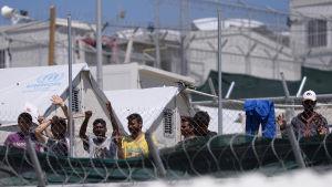 Migranter och flyktingar i Morialägret på Lesbos följde i somras med påven Franciskus besök på ön