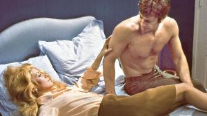 Catherine Deneuve ja Jean-Paul Belmondo elokuvassa Mississipin velho