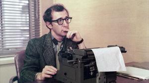 Woody Allen elokuvassa Musta lista (The Front), ohjaus Martin Ritt.