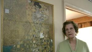 Den riktiga Maria Altmann framför Gustav Klimts porträtt av hennes moster Adele Bloch-Bauer