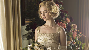 Lily James som Lady Rose MacClare i Downton Abbey.