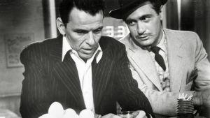 Frank Sinatra elokuvassa Kultainen käsivarsi (1955).