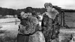 Noidan kirot: Simon sokea sisar Elsa (Kaisa Leppänen)toivottaa Selman tervetulleeksi. Kava/YleKuvapalvelu.