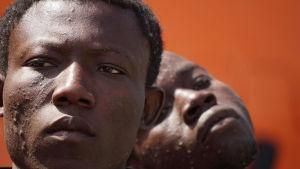 Flyktingar som räddats av ett norskt fartyg kommer i land i Salerno, Italien torsdagen 26.5.2016
