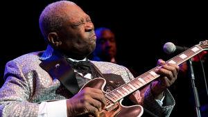 B.B. King revittelee. Kuva konsertista Live at the Royal Albert Hall, 2011.